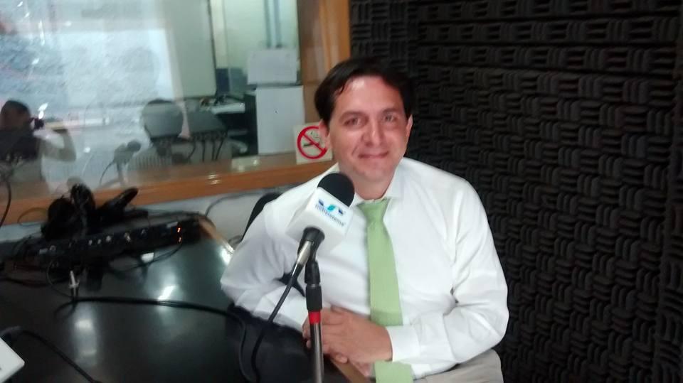 Fotografía del locutor en radio vital con marcela valdes