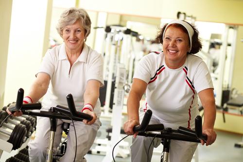 mujeres ancianas realizando actividad fisica